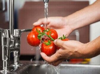 Mycie pomidorów