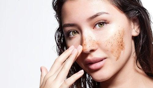 Nakładanie peelingu na twarz