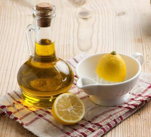 cytryna i butelka oliwy z oliwek