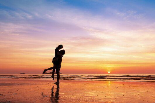 para na plaży - miłość o zachodzie słońca