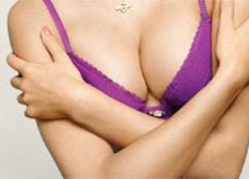 kobieta jędrne piersi
