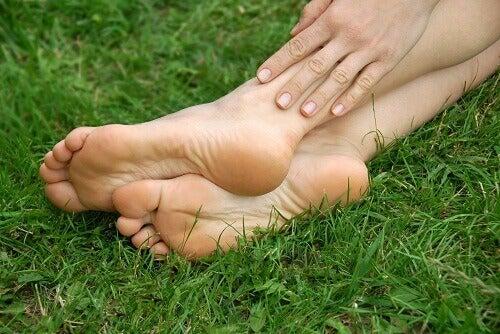 popękane pięty na trawie