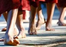 stopy buddyjskich mnichów