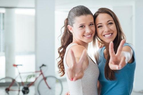 Dwie uśmiechnięte dziewczyny - prawdziwy przyjaciel