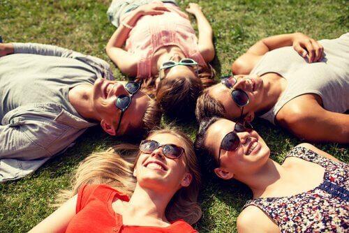 Przyjaciele leżą na trawie