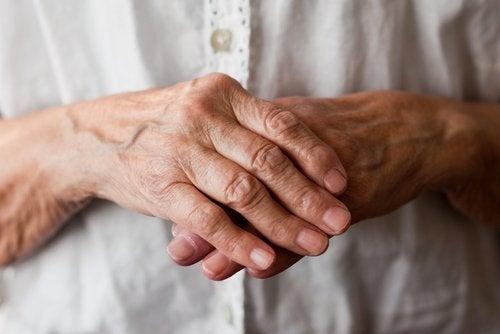 starszy człowiek cierpiący na reumatyzm