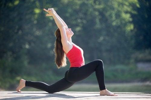 Kobieta rozciąga uda i kręgosłup