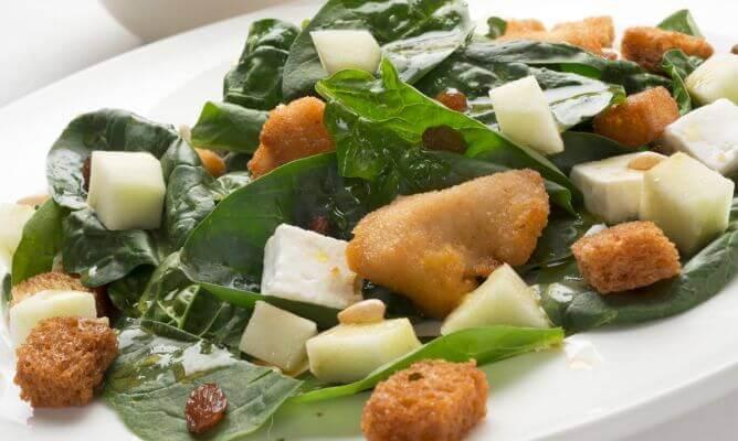 sałatka ze szpinaku - idealna na kolacje