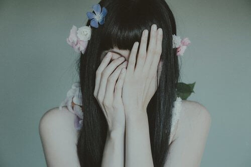 smutek zakryta twarz