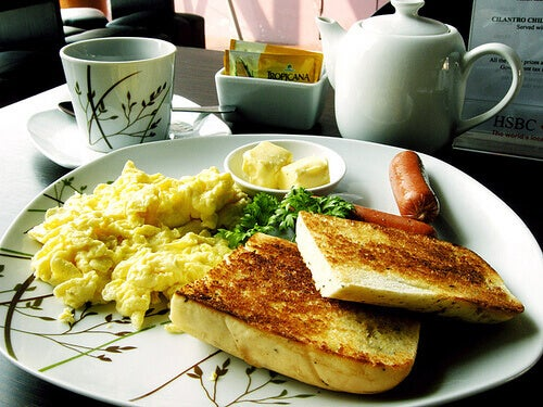 Tosty i jajecznica na talerzu