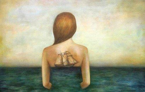 statek na plecach kobiety