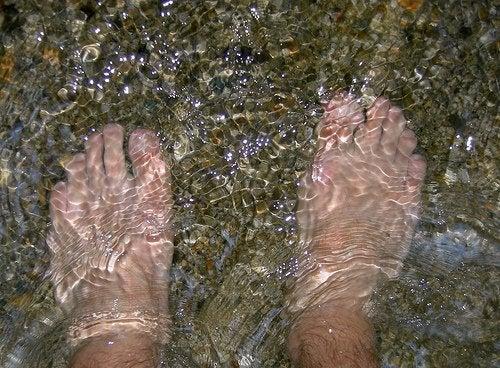 stopy w wodzie