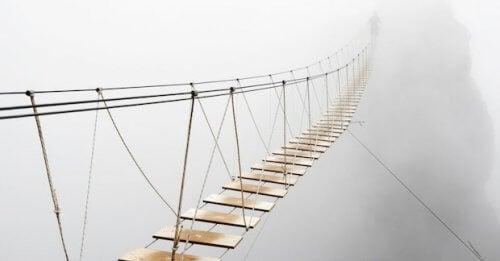 Wiszący most we mgle - życie bez strachu