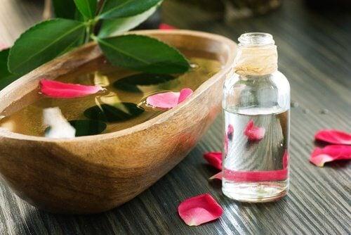 woda różana i olej rycynowy na zmarszczki na czole