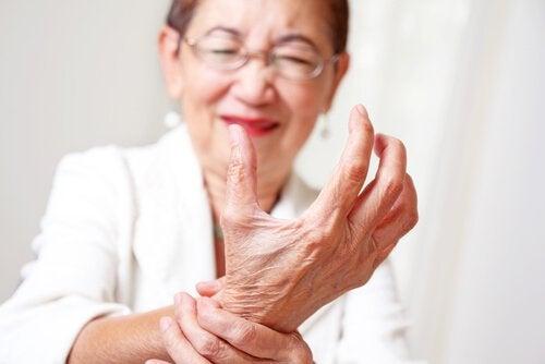 Starsza kobieta trzyma się za nagdarstek