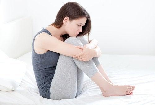 nieprawidłowości miesiączkowania - kobieta z bólami miesiączkowymi