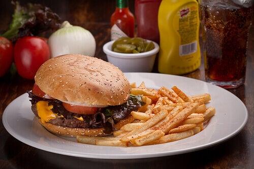 Fast food - hamburger z frytkami