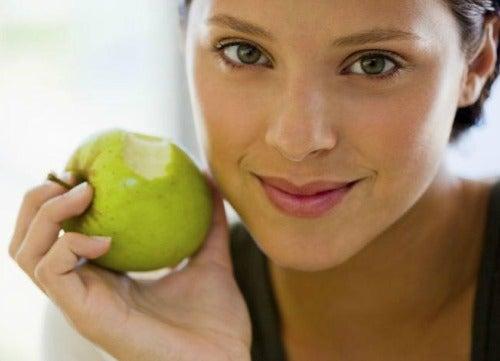 Kobieta z jabłkiem - dieta elminująca fałdki tłuszczu