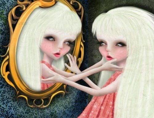 Kobieta przygląda się sobie w lustrze
