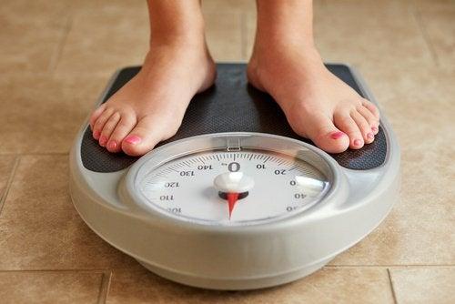 Kobieta stoi na wadze