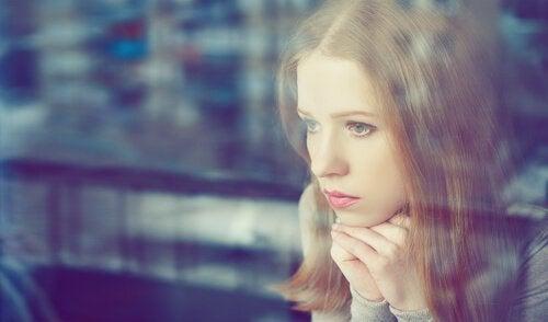 kobieta patrzy przez okno