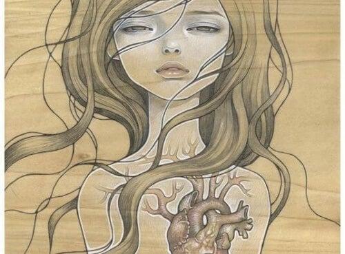 kobieta z widocznym sercem