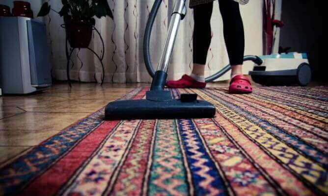 Odkurzanie dywanu i czysta sypialnia
