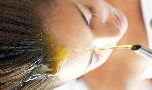 oliwa z oliwek z pierwszego tłoczenia stosowana na skórę przez kobietę