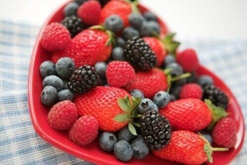 Owoce leśne na talerzu