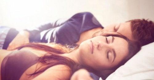 Para śpiąca na plecach