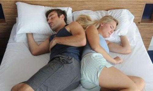 Para śpiąca na boku