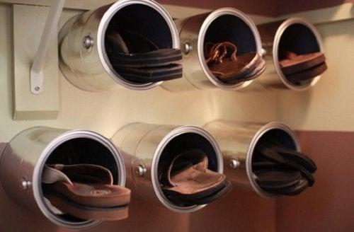 Półki na buty wykonane z puszek