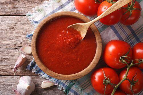 Sos pomidorowy domowej roboty o działaniu przeciwnowotworowym i przeciwutleniającym
