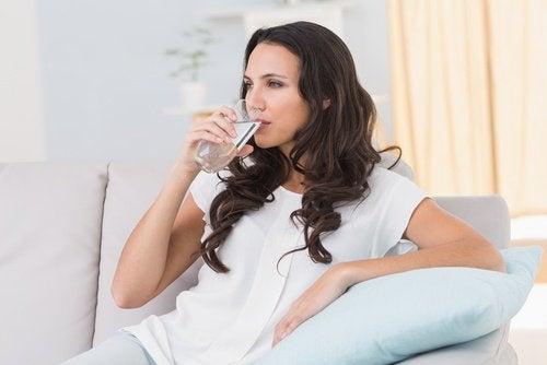 Kobieta pije szklankę wody