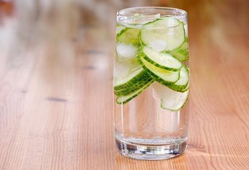 Woda ogórkowa w szklance