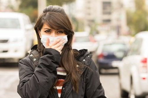 Kobieta z maseczką - zanieczyszczenie środowiska może powodować migrenę