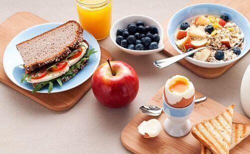 Śniadanie - porcje zróżnicowanych nutrientów