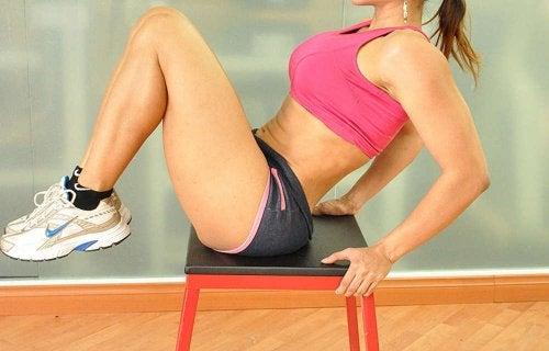 ćwiczenia wyrzuty nóg kobieta