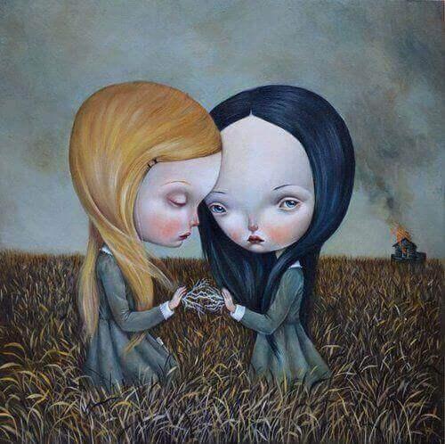 Dwie smutne dziewczynki na polu, w tle płonący dom