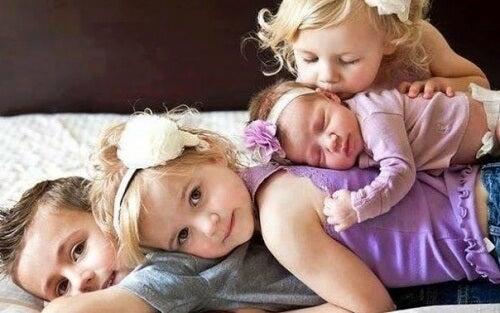 Zdjęcie dzieci - starsze rodzeństwo