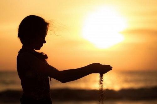 Dziewczynka i zachód słońca