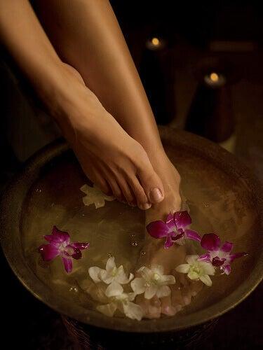 Kąpiel stóp z kwiatami