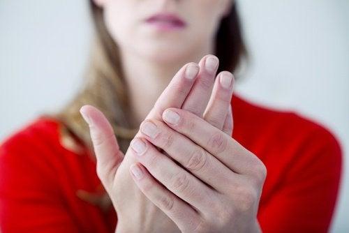 Kobieca dłoń - ból neuropatyczny