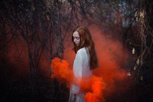Kobieta i czerwony dym