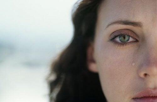 kobieta i łza na policzku