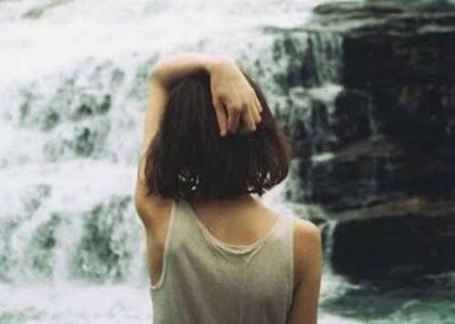 Kobieta i wodospad