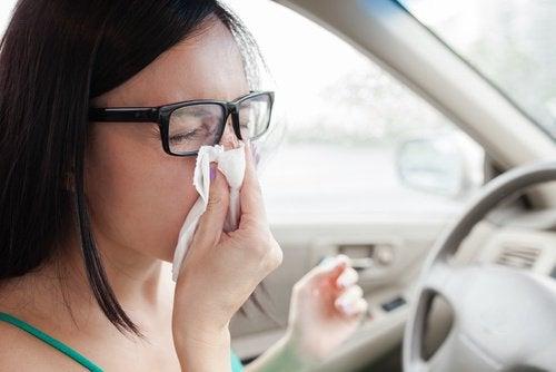Kobieta kicha w samochodzie