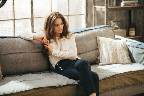 Kobieta na kanapie - apatia