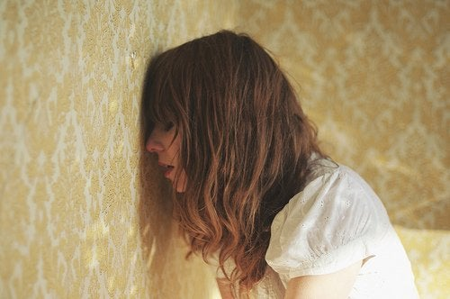 Kobieta oparta o ścianę