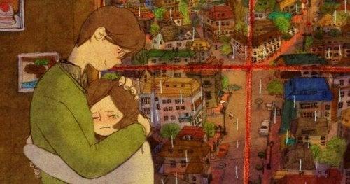 Kobieta płacze w ramionach partnera